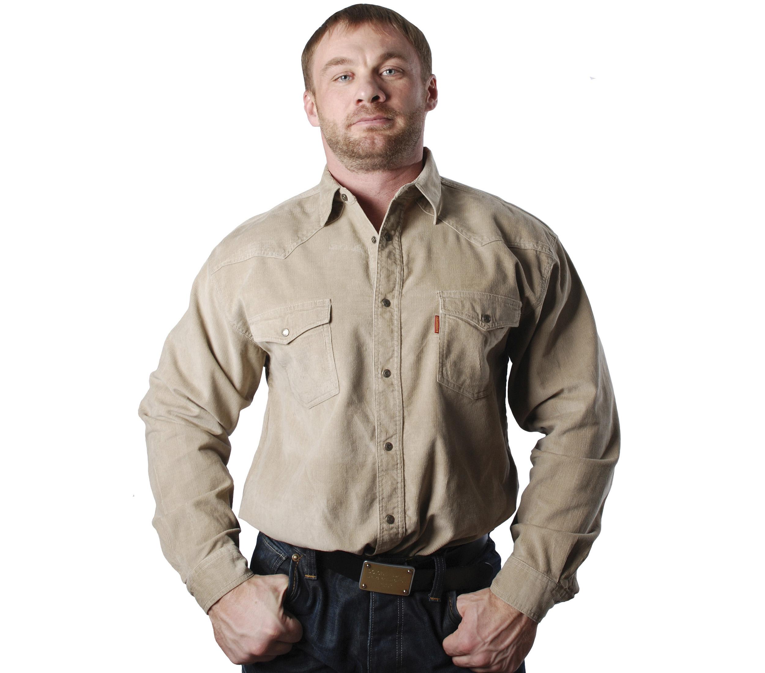 Рубашка бежевого цвета, на кнопках с двумя накладными карманами и клапанами.