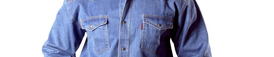 Рубашка синего цвета , на кнопках с двумя накладными карманами