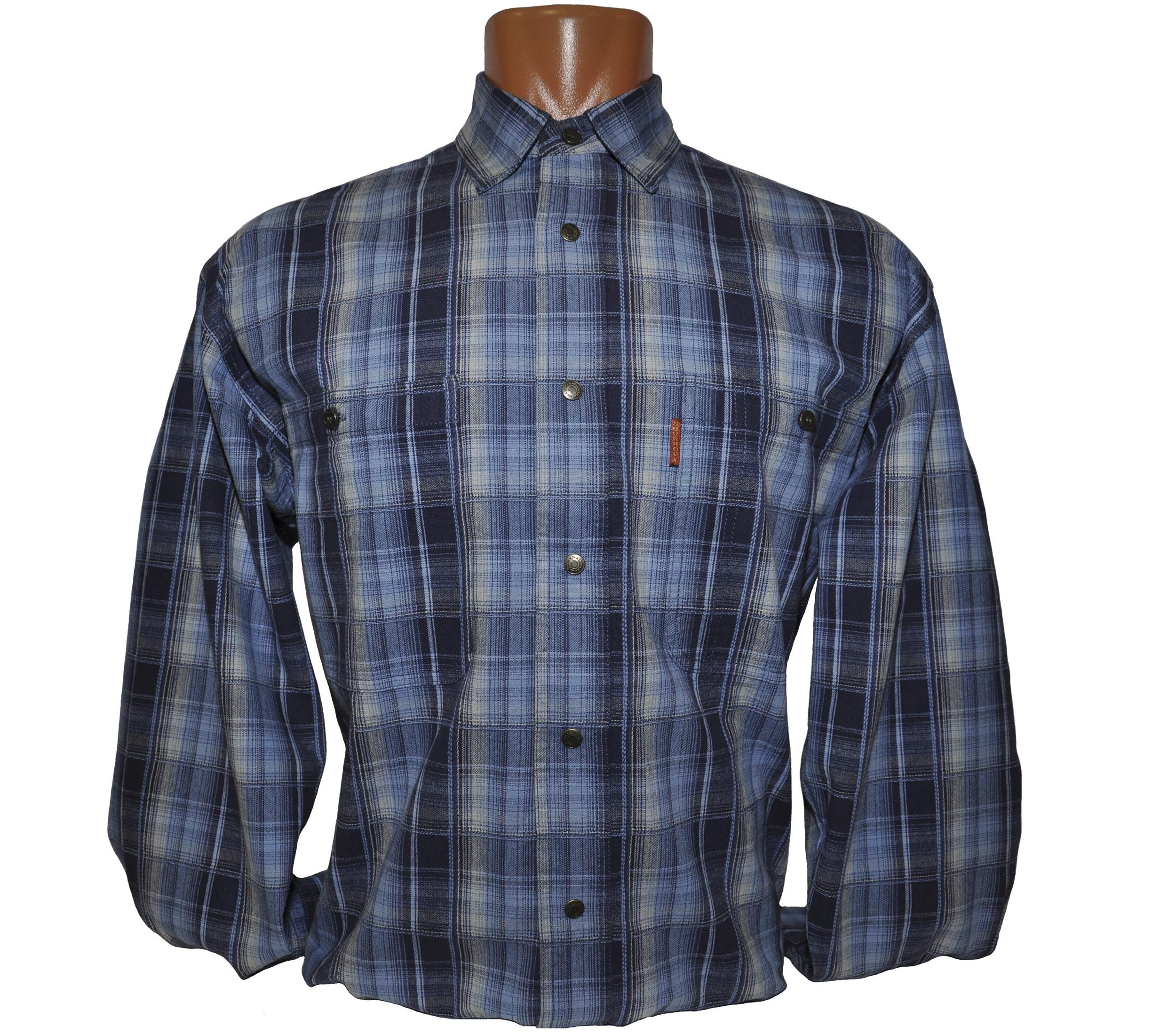 Мужская рубашка в средней величины светло-синюю клетку. Плотный материал