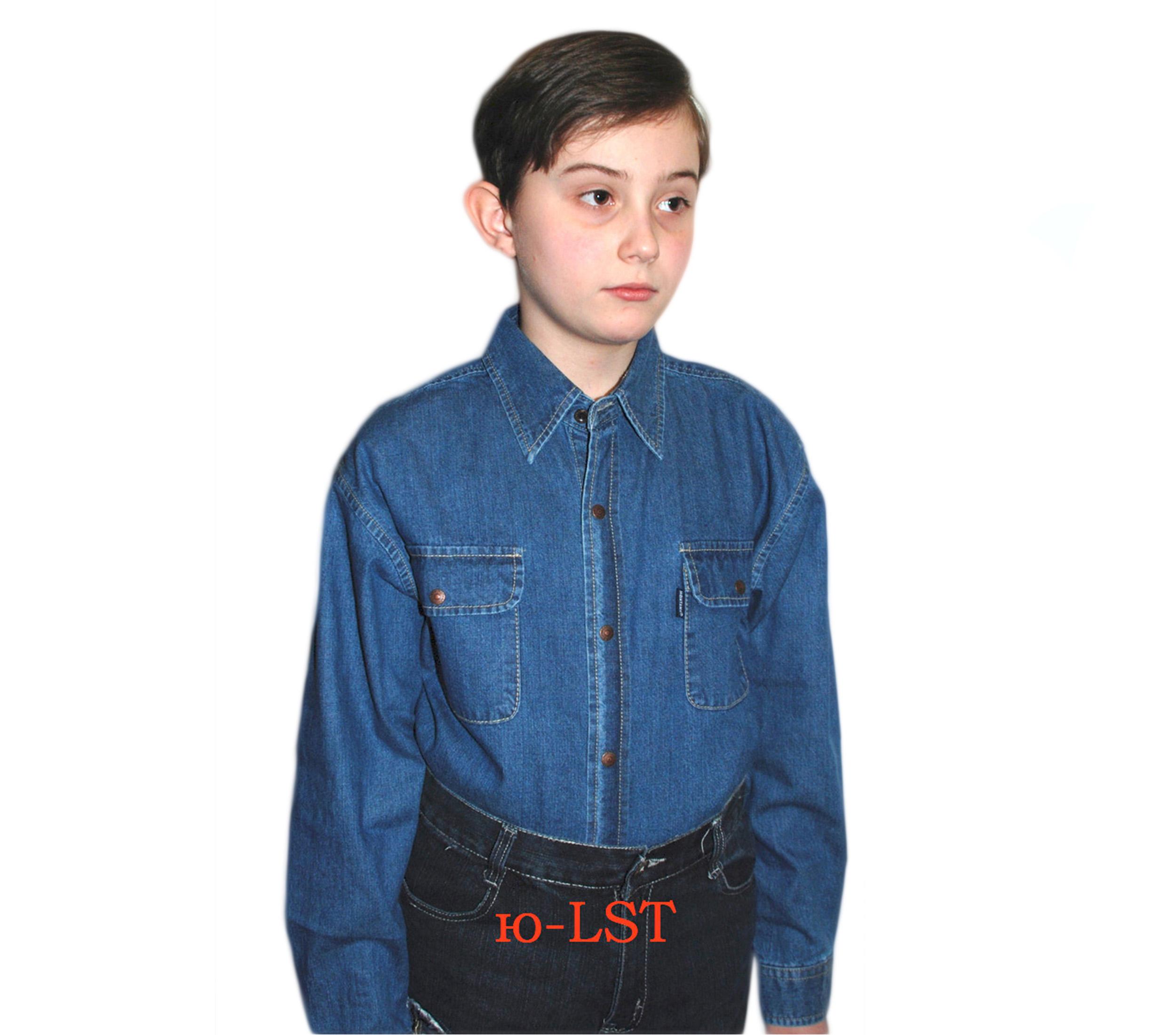 Подростковая джинсовая рубашка синего цвета с длинным рукавом.