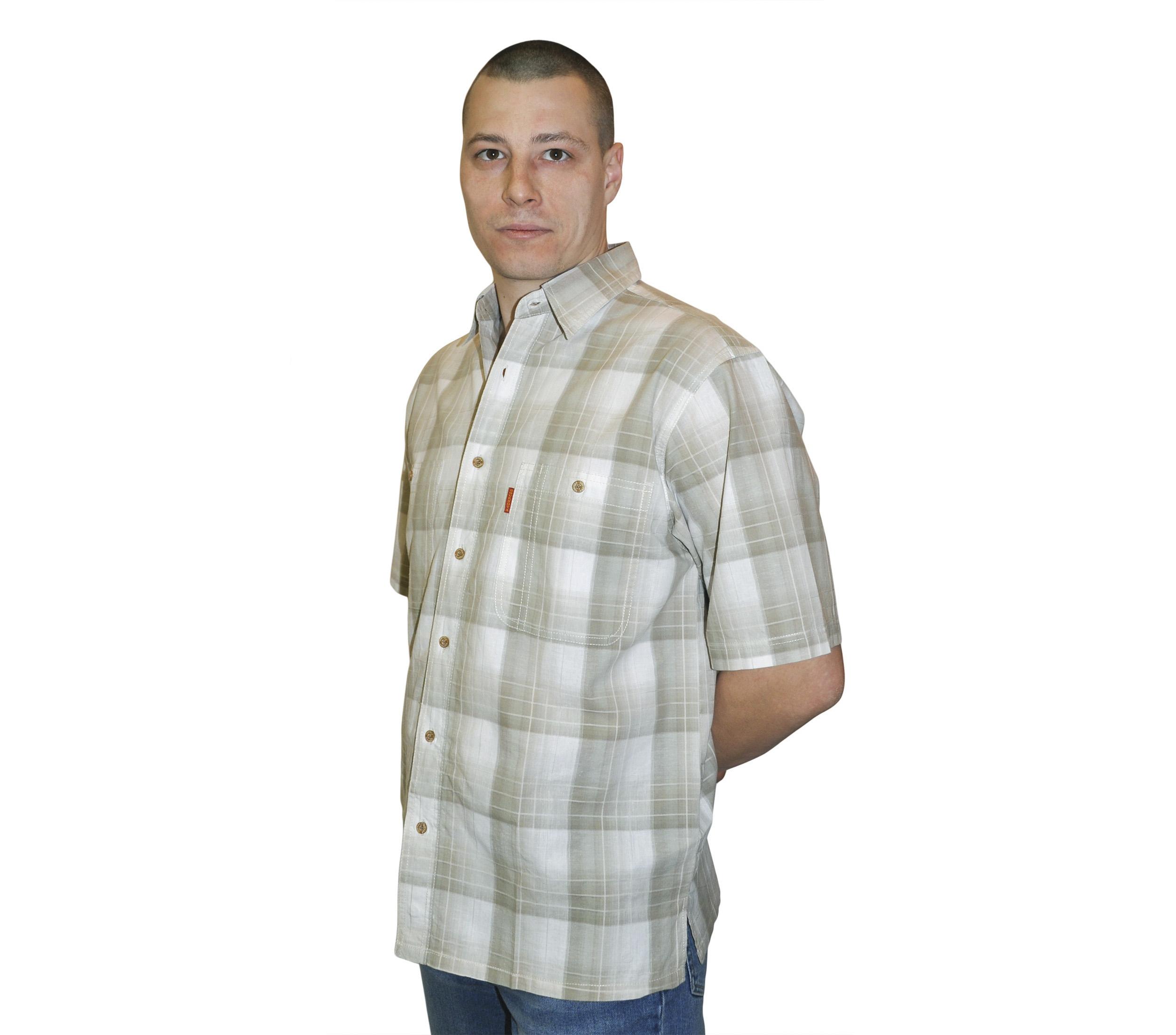 Рубашка с коротким рукавом в крупную серо-зеленоватую клетку.