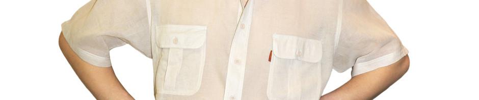 Рубашка с коротким рукавом тонкого бежевого цвета.