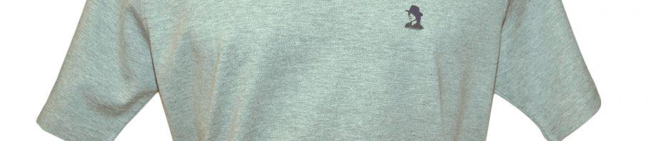 Футболка серого цвета с маленьким логотипом с левой стороны.