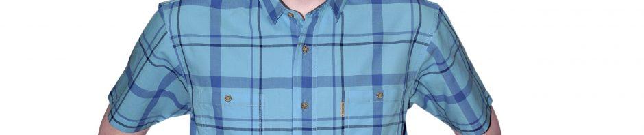 Мужская рубашка короткий рукав в голубую крупную клетку с синей крупной клеткой и черной мелкой полосой. Воротник и подплечники с внутренней стороны прошиты серой подклаткой. Материал хлопок 100%. толщина материи 32.
