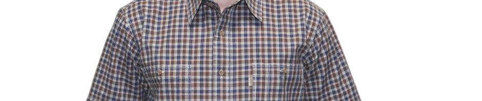 Мужская рубашка в мелкую коричневую и синюю клетку. Модель свободного кроя с двумя большими карманами.