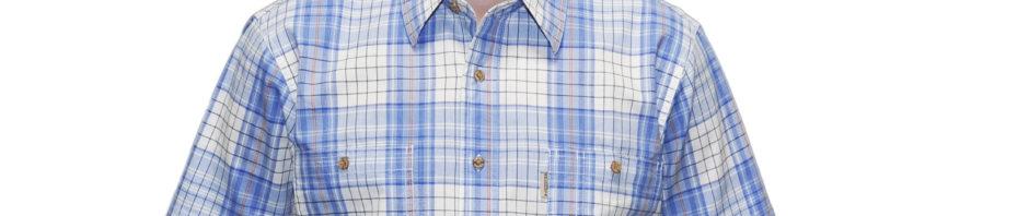 Рубашка мужская белого цвета в крупную сине-голубую клетку. Модель с коротким рукавом свободного кроя с двумя большими карманами