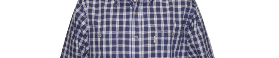 Рубашка в среднюю синюю клетку на белом фоне с тонкой красной полосой.Модель свободного кроя с двумя большими карманами на пуговицах.