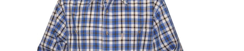 Рубашка из хлопка. Модель свободного кроя с двумя карманами на пуговицах. Рубашка в крупную синюю с желтым клетку на белом фоне.