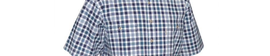 Джинсовая рубашка в среднего размера клетку зеленого и темно-синего цвета. Модель свободного кроя с двумя большими карманами. Рубашка на выпуск с разрезами по бокам. Толщина материи 32.