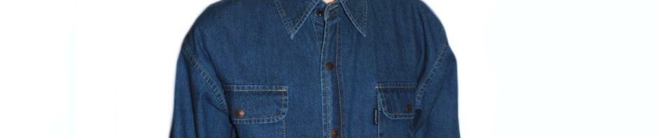 Подростковая джинсовая рубашка тёмно-синего цвета с длинным рукавом. Модель классическая на кнопках, с двумя накладными карманами.
