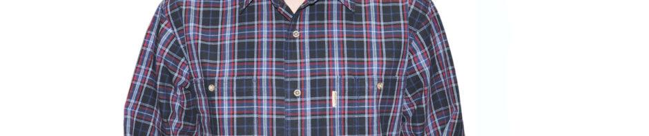 Мужская рубашка с длинным рукавом в бордовую клетку клетку. Модель свободного кроя с двумя большими карманами.