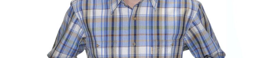 Джинсовая рубашка с длинным рукавом в бело-коричневую клетку. Модель свободного кроя с двумя большими карманами.