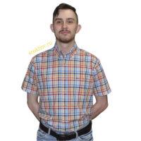 Хлопковая рубашка с коротким рукавом в мелкую оранжево и синюю клетку. С двумя карманами с вышивкой логотипа бренда. С пуговицами на воротнике.