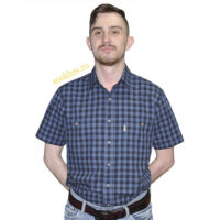 Хлопковая рубашка с коротким рукавом в темно синюю клетку. Модель свободного кроя с двумя большими карманами.